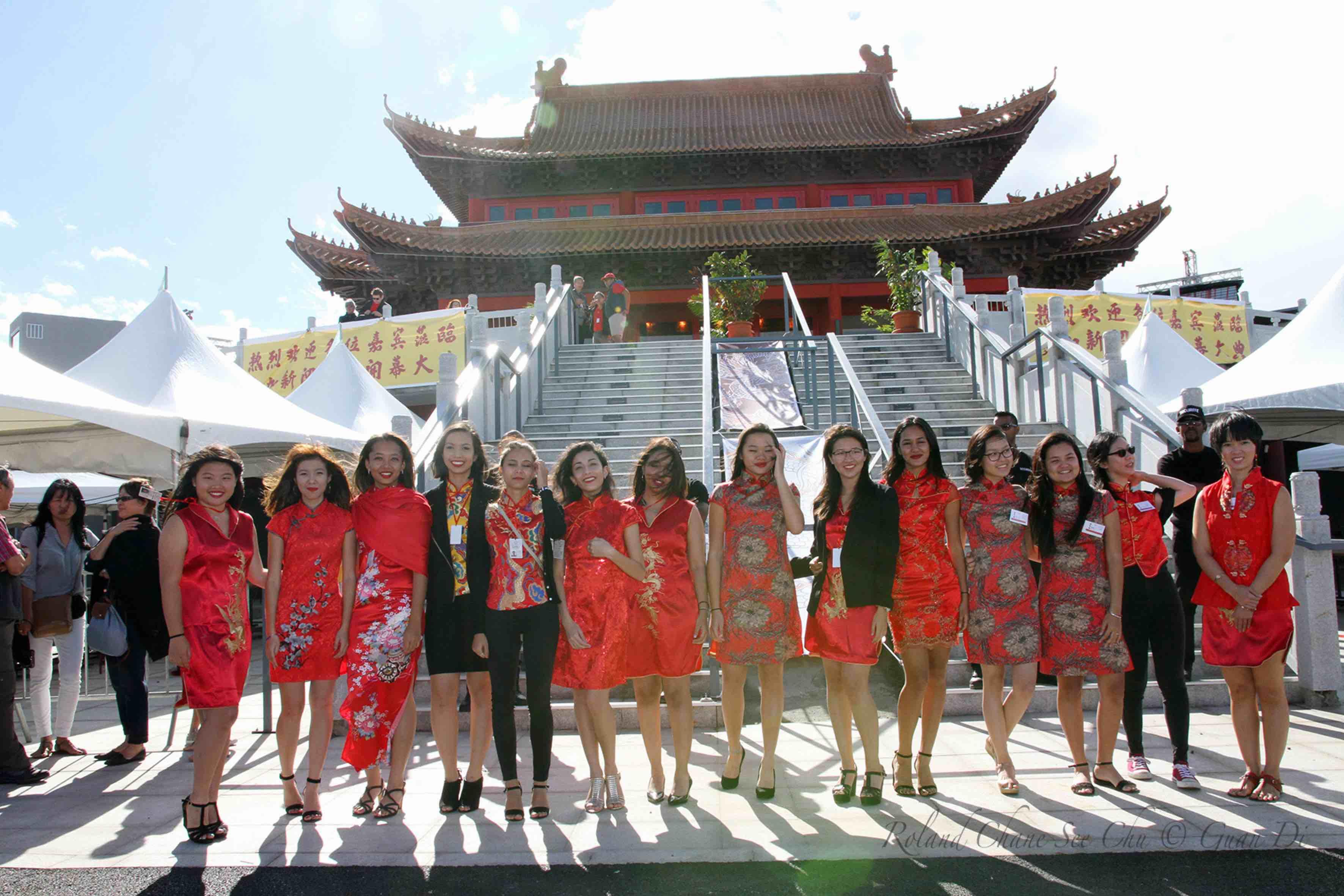 Des hôtesses ont formé une haie d'honneur avant de monter les marches du temple