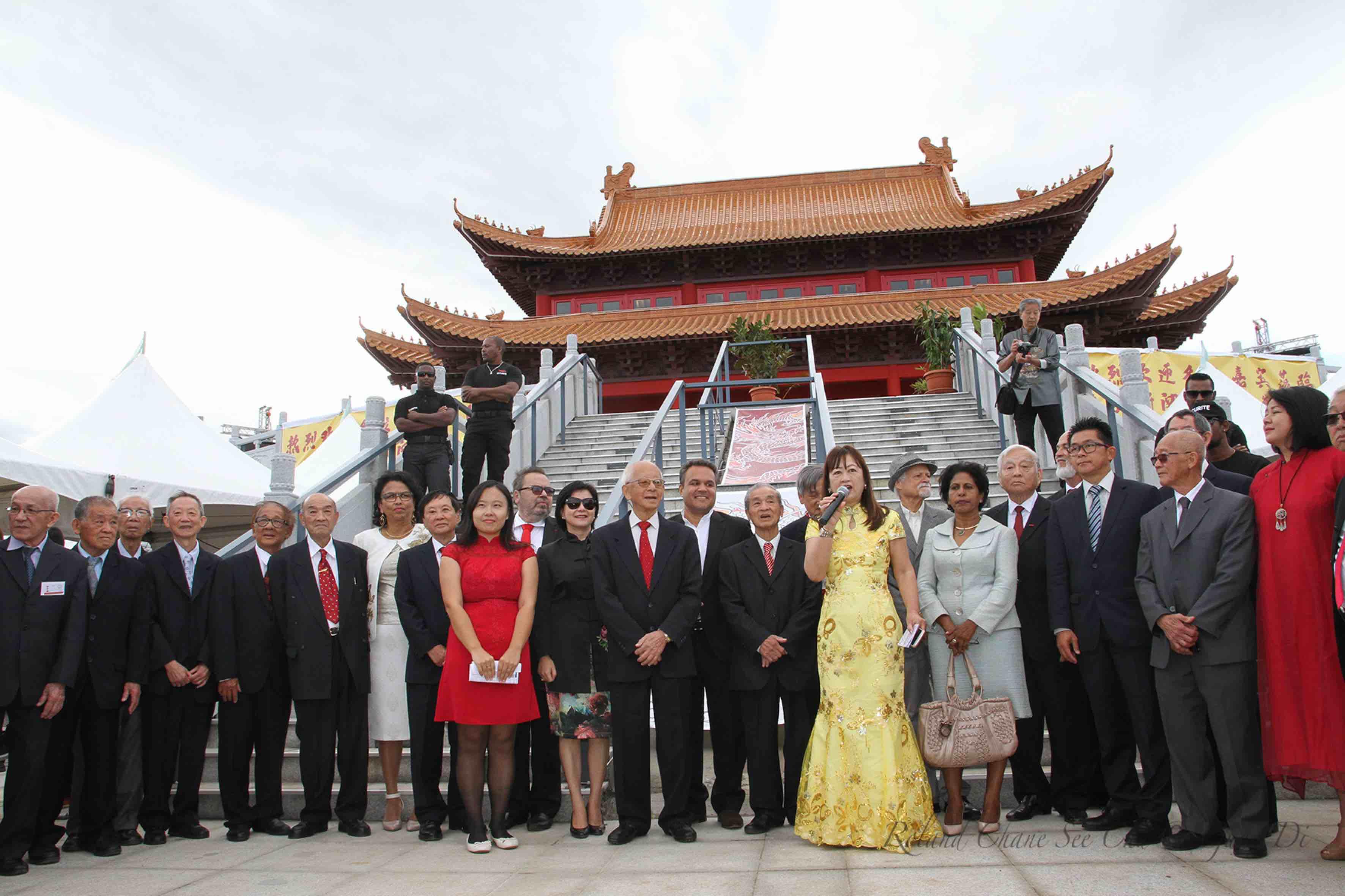 Chargée du protocole, Josette Chang-Kuw salue tous les invités qui vont ensuite monter les marches du temple
