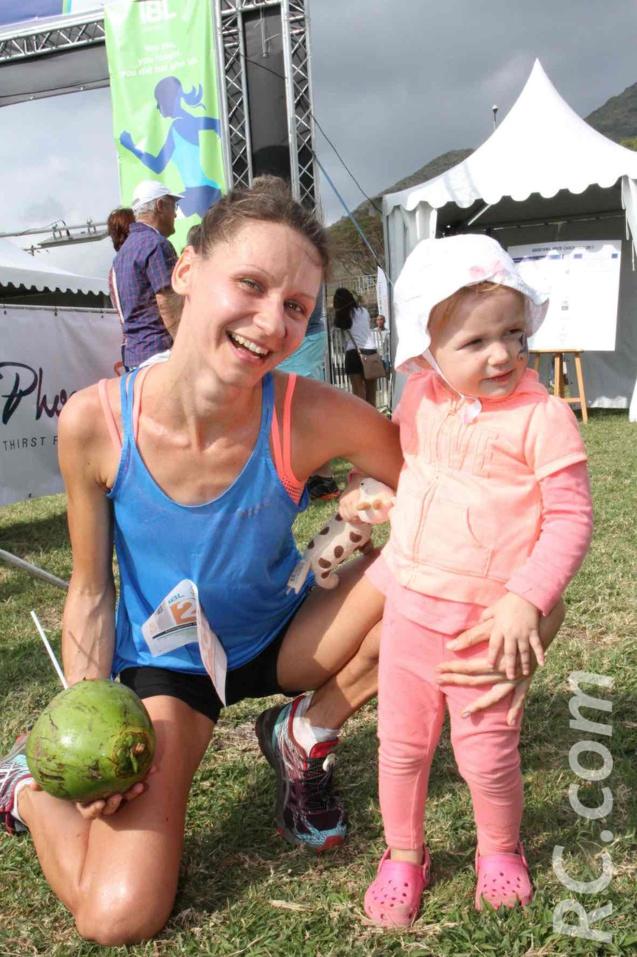 Olga Firsova savoure sa victoire en compagnie de sa fille
