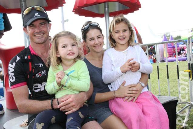 Simon Desveaux, son épouse Cécile et leurs deux enfants. Une famille qui fête la victoire de son champion...