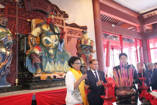 Des milliers de baguettes d'encens ont été déposés devant l'autel de Guan Di