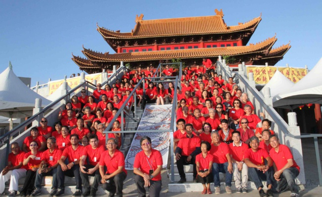 Les bénévoles autour de Alex How-Chong et de Victor Chan-Nam, de Guan Di de Saint-Pierre