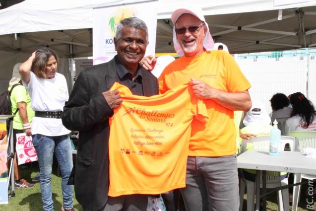 Le maillot du Challenge remis à Joseph Sinimalé, maire de Saint-Paul, par Philippe Fontaine, président de l'Association Challenge des Seniors
