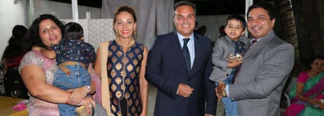Sunanda Bhati, l'épouse du Consul, Corine et Didier Robert, président de la Région, et Sanjeev Kumar Bhati, désormais Consul Général de l'Inde à La Réunion. Le couple tient dans leurs bas leurs jumeaux Saatvik & Alakshyendra