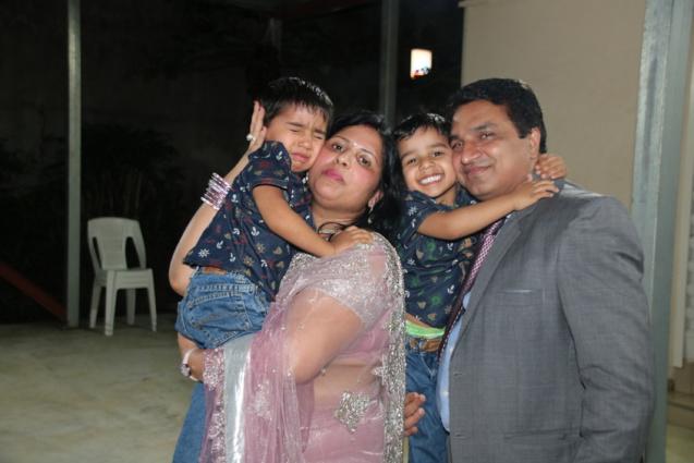 Sunanda Bhati, l'épouse du Consul, et Sanjeev Kumar Bhati avec leurs inséparables jumeaux Saatvik & Alakshyendra