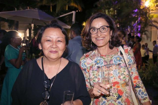 Jeanne Talavignes, directrice de Jegger's Boutique, et madame Mékies, directrice de La Boutique d'Ampy. Les deux magasins, partenaires de l'événement se situent tout en haut de la rue Maréchal Leclerc, face au Grand Marché, à Saint-Denis