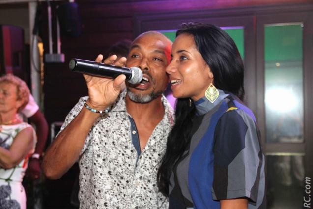 Le coureur-chanteur d'origine Mauricienne Cliff Laval Sooben a poussé la chansonnette en compagnie d'une choriste.