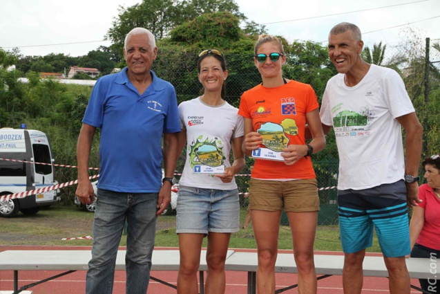 Clémence Hollinger (1ère) et Ombeline Blanc (2ème) en seniors sur les 28km, avec les félicitations de Jean-Claude et et Jean-Louis Prianon