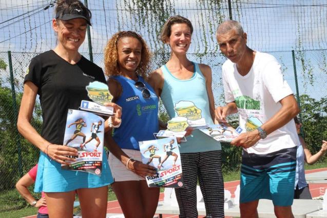 Isabelle Lebreton (2ème), Hortense Bègue (1ère) et Anne Atia (3ème) des 15km, aux cotés de Jean)-Louis Prianon