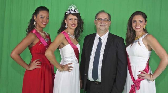 Stéphane Fouassin, maire de Salazie, avec les trois lauréates