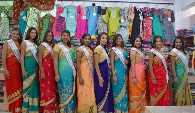 Les 10 candidates ont défilé en sari dans une boutique de Port-Louis