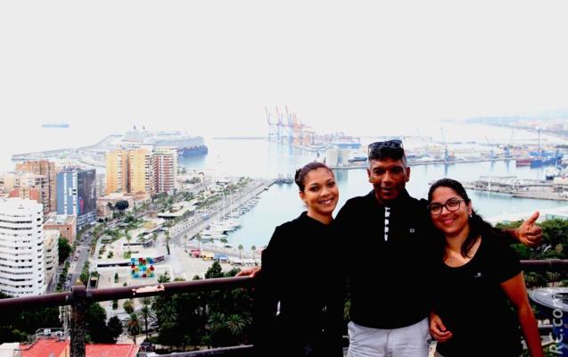 Jean-Pierre Mardémoutou et ses deux charmantes filles, Sabine et Sarah, avec en arrière-plan une vue panoramique sur le port de Malaga