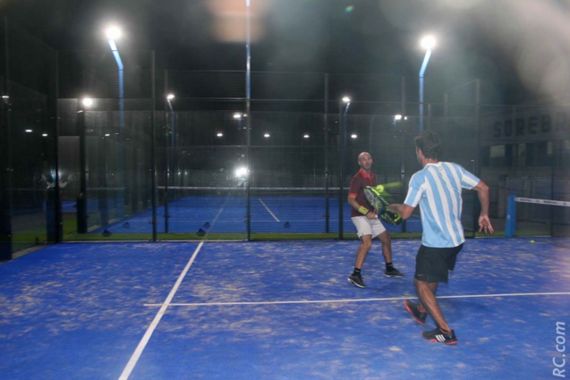 Le padel dispose de 4 courts et se joue en outdoor