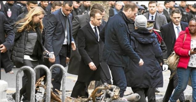 Emmanuel Macron arrive d'Argentine après la guerre et ne peut que constater les dégâts....