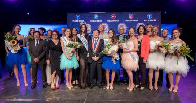 Les lauréates et Miss Réunion avec le maire et les élus municipaux