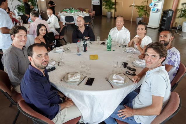 Yves Ferrière (chemise blanche), vice-président de la CINOR, avec l'équipe Antenne Réunion