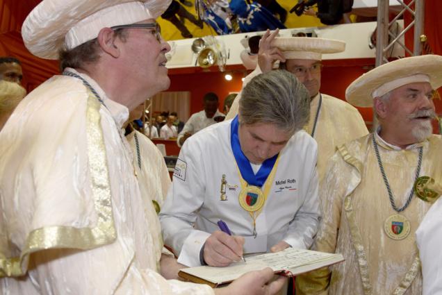 Intronisation dans la Confrèrie du Brie de Meaux. Intronisé, Miichel Roth signe le livre d'or...