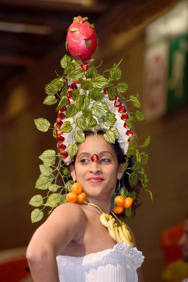 Défilé de mode sur le thème des fruits et légumes.
