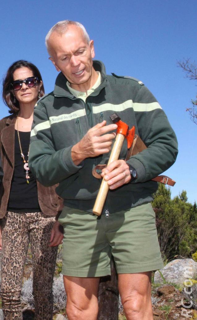 Jean-Laurent Delge de l'ONF donne quelques explications quant à l'utlisation du marteau forestier