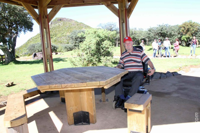 Président de l'Association Sportive des Personnes Handicapées du Tampon, Léon Grondin «teste» l'un des kiosques équipés de table-banc
