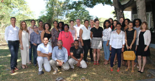 les 12 apprenants et leurs entreprises entourés des membres de la CCI R et des partenaires