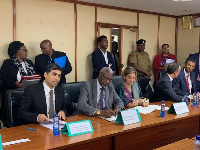 De gauche à droite: Frédéric Miranville, président de l'Université de La Réunion, Paul Wainaina, Vice-chancelor de la Kenyatta University, et Anne-Françoise Zattara-Gros, vice-présidente Relations internationales et coopération régionale