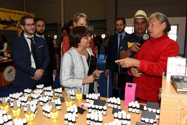 Marie-Rose Séverin vantant ses fragrances subtiles à la Ministre en plaidant aussi pour la protection du géranium