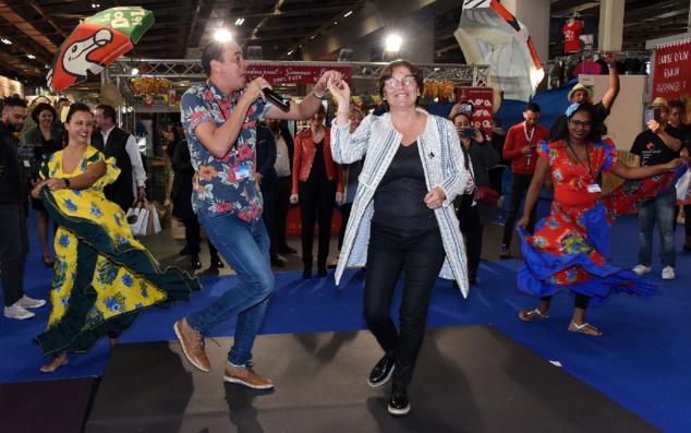 Annick Girardin la crase un maloya sur le stand de La Réunion! Photo exclusive bien entendu