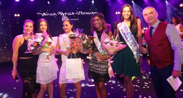 Miss Réunion et les lauréates avec Katiana Castelneau et Bruno Rivière, les présentateurs de la soirée