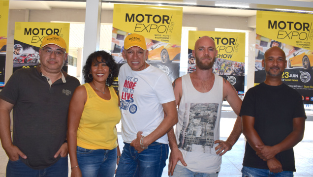Laurent, animateur du salon, Christine Tan-Hoo et Guy Frensois, de Tienbooo Communications, Pierre Thierry et Tony Deriemacker, les cascadeurs moto