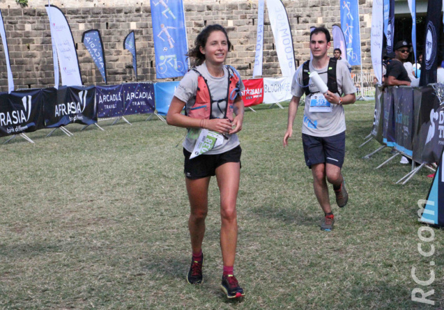 Elle est Française et s'est installée dans l'île-sœur en septembre 2018. Elle a gagné les 25km du Dodo Trail haut la main, avec un temps de 3h 37'59'', pousuivant ainsi sur sa bonne lancée, car entre temps elle est montée à plusieurs reprises sur le podium. En exemple on peut citer sa victoire au Moka Trail sur 15 km, en octobre dernier. Originaire de la région Niçoise, Léa Cavelier travaille dans une entreprise de construction de bâtiments du côté de Flic en Flac. Non-licenciée, elle courait à ses débuts pour le fun, mais depuis son arrivée à l'île Maurice, sa pratique de la course à pied a pris un autre virage : elle s'est prise au jeu et bientôt elle sera sur un 47km, à l'UTRB. Pour sûr que les observateurs ne la perdront pas de vue...