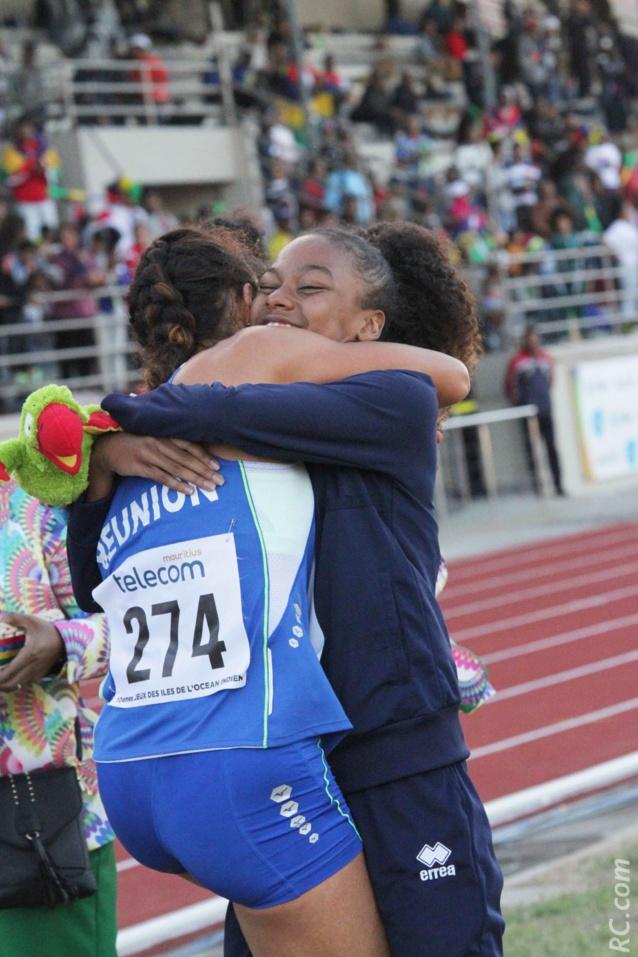 Emma Métro et Mirella Mithridate ou quand deux médaillées d'or se congratulent. Pour la petite histoire, on précisera qu'elle étaient l'une à côté de l'autre dans l'avion les emmenant vers Maurice. Portées par les ailes de la Victoire...