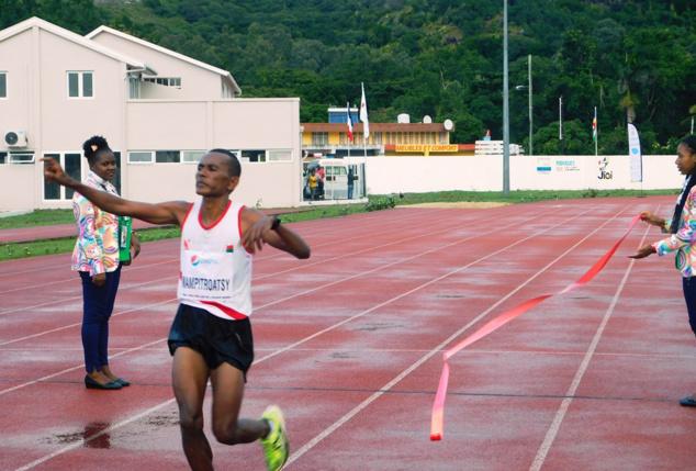 L'arrivée du Malgache Mampitroasy, vainqueur du semi-marathon