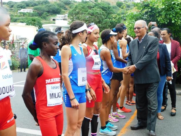 Le chef commissaire Serge Clair salue les participants