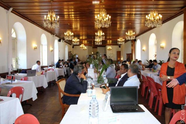 Sous les lustres du salon d'honneur de l'Hôtel de Ville de Saint-Pierre, le clin d'oeil de l'île Maurice aux Réunionnais