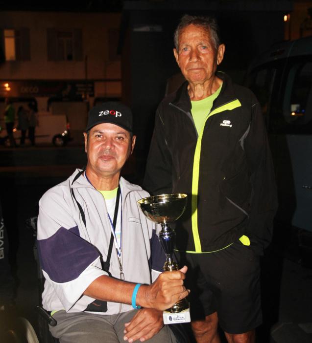 Vainqueur chez les Masters 4, Axel Lallemand a offert sa coupe à un handisportif