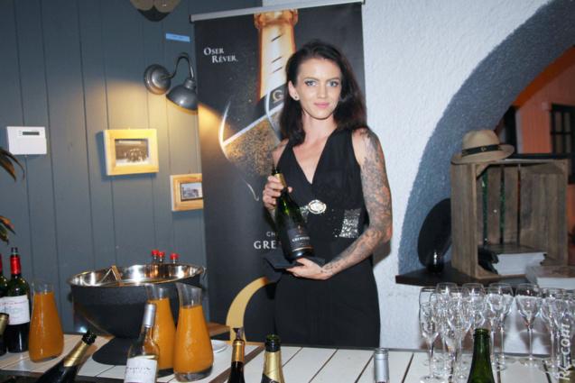 Champagne servi par la jolie Emilie Peltier à l'arrivée des invités (à consommer avec modération évidemment)