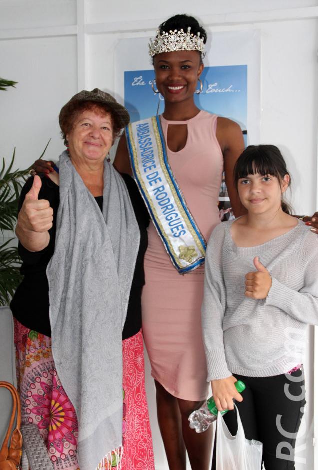 Marie-Josée et sa petite-fille félicitent la jolie Rodriguaise de Pointe Coton