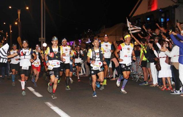 David Hauss (à l'extrême droite) est dans le peloton de tête d'une course qui ne fait alors que commencer
