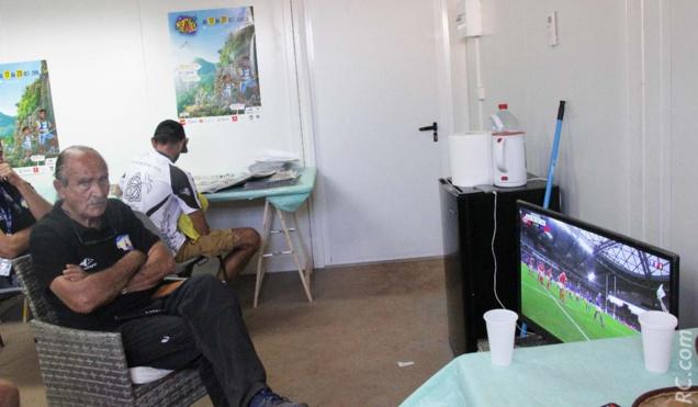 Le Président Robert Chicaud a profité d'un petit moment de répit pour jeter un œil sur le match de rugby à la télé