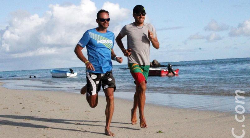 Ludovic Pommeret et David Hauss sur le sable fin des plages rodriguaises, en attendant d'arpenter les sentiers de l'île aux zourites