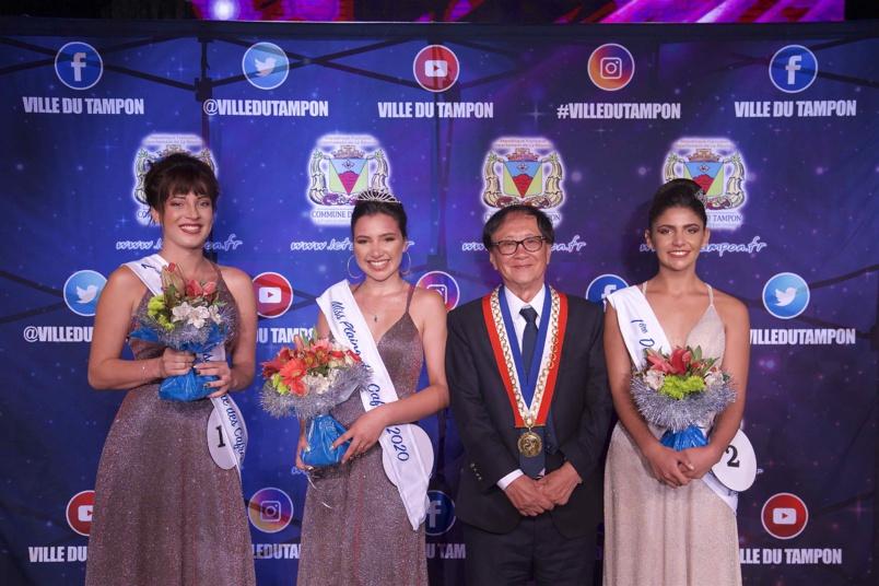 André Thien Ah Koon, maire du Tampon, avec les lauréates: Perrine Fontaine, 1ère dauphine, Mélina Siby, Miss Plaine des Cafres 2020, et Kelly Hoarau 2ème dauphine