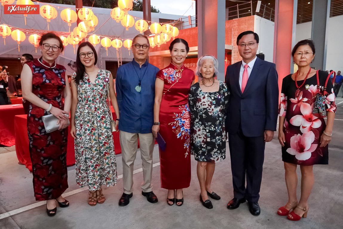 Yang Qing, vice-consule générale de Chine à La Réunion, Chen Zhihong, Consul Général de la République populaire de Chine à La Réunion, et son épouse Dong Zhijiao, et la famille François Fock Yee