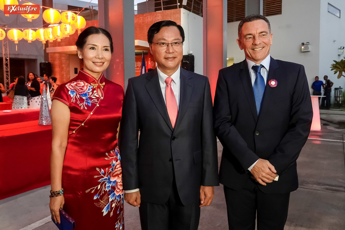 Dong Zhijiao, son époux Chen Zhihong, Consul Général de la République populaire de Chine à La Réunion, et Jean-Marc Grazzini, directeur commercial Air Austral
