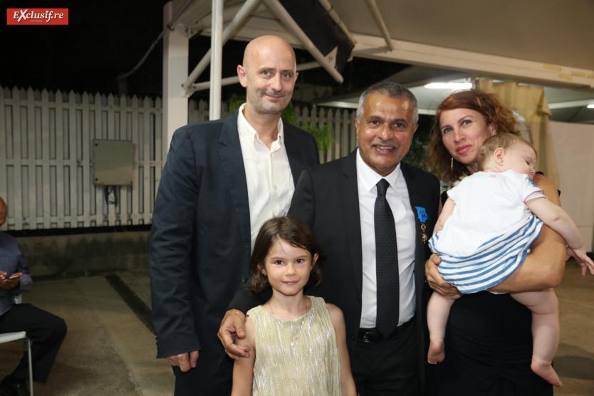 Younous Ravate avec Michel Klein, commandant de police, son épouse Corine d'Air Austral, et leurs enfants