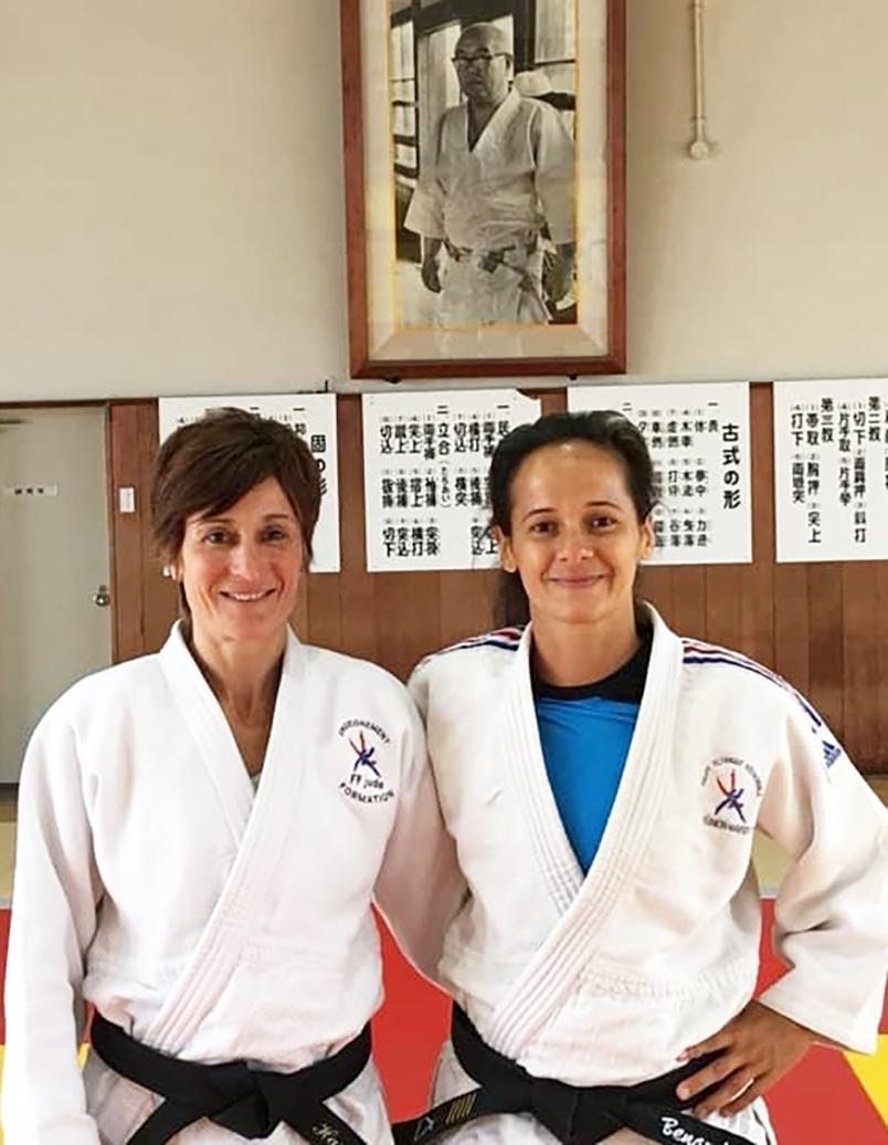 Natacha Bénard (tee-shirt bleu), judokate émérite
