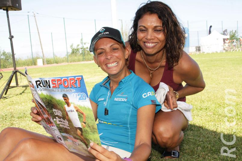 Tout sourire, Eugénie Mareux et Nathalie Migale découvrent les pages du magazine