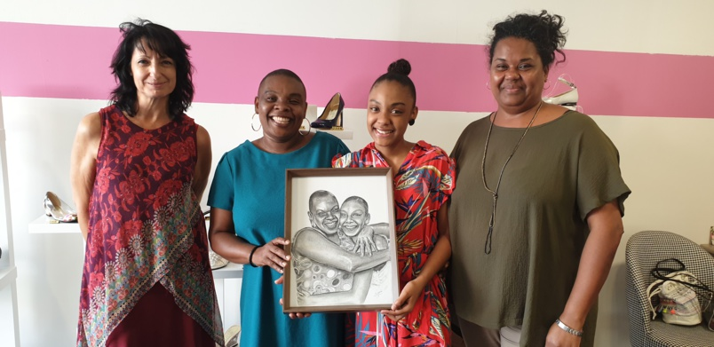 Nadia Attoumany et sa fille Maëlle Magdeleine, entourées de Catie Buscémi, présidente par intérim de l'ACP, et Adelaïde Payet, responsable des Animations ACP