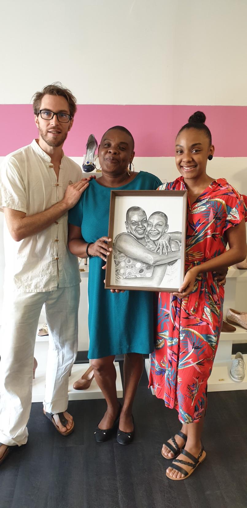 Nadia Attoumany et sa fille Maëlle Magdeleine avec l'artiste-peintre Jean Philippe