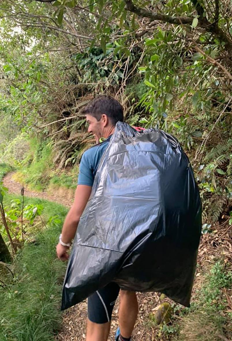 Sac-poubelle à la place du sac à dos...